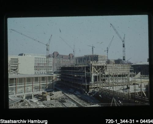 In den 1960er und 1970er Jahren schufen zahlreiche Bauprojekte den heutigen Campus Von-Melle-Park ( Staatsarchiv Hamburg, 720-1_344-31 = 04491, Lichtbildnerei der Baubehörde, CC-Lizenz, via archivportal-d.de).
